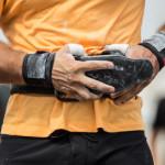 Training an der Klimmzugstange mit zusätzlichen Gewichten